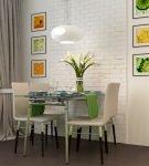 Картины на светлой стене кухни в обеденной зоне