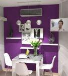 Фиолетовая стена на белой кухне