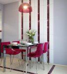 Полосатая отделка стен около обеденного стола