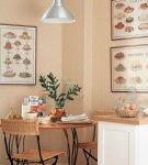 Светлая кухня с картинами на стенах
