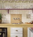 Сочетание плитки и камня на фартуке кухни