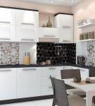 Сочетание разных видов плитки на фартуке кухни