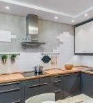 Неравномерная отделка плиткой рабочей стены кухни