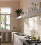 Светлая плитка с жёлтым узором на кухне