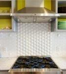 Рельефная плитка белого цвета на фартуке кухни