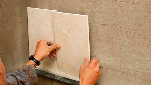 Клеим плитку на стену