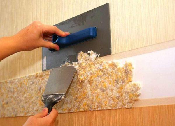 Полоса из жидких обоев на стене кухни