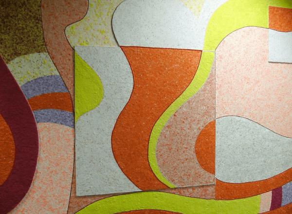 Разноцветные жидкие обои на стене кухни