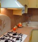 Бежевые жидкие обои на фартуке кухни