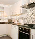 Мозаичный фартук в рабочей зоне кухни