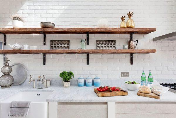 Деревянные полки на фоне светлой стены кухни