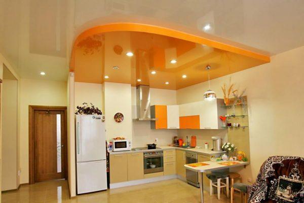 Кухня с потолком, разбивающим кухню на зоны