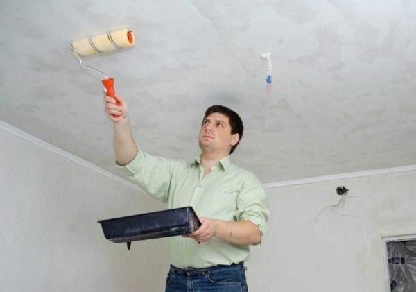 Процесс обработки потолка грунтовкой