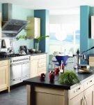 Кухня с белым потолком и светло-коричневым гарнитуром