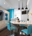 Кухня с крашеным потолком, ламинатом и плиткой