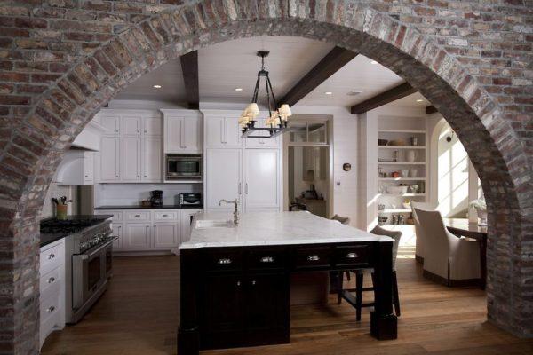 Стены проёма без отделки на кухне с островом