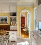 Белые арки вместо двери на кухне