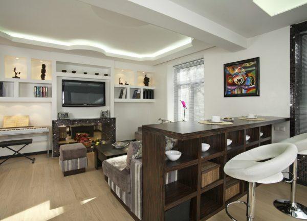 Барная стойка из древесины в кухне-гостиной
