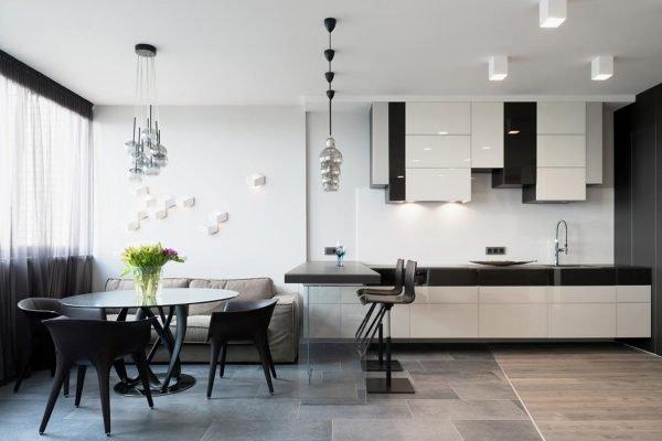 Барная стойка со стеклянным основанием в кухне-гостиной