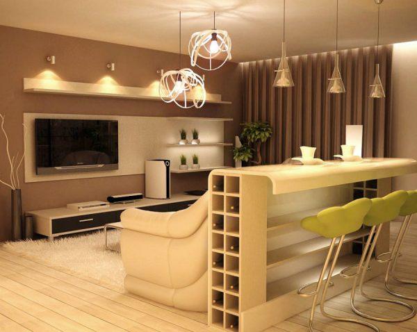 Яркие стулья в кухне-гостиной с белой мебелью