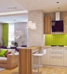 Яркий фартук в кухне-гостиной со светлой мебелью