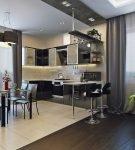 Просторная кухня-гостиная с комнатными растениями