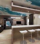 Цветной потолок в кухне-гостиной с барной стойкой