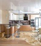 Кухня-гостиная с бежевой мебелью