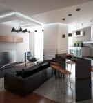 Мебель контрастных цветов в большой кухне-гостиной