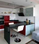 Гарнитур с красными фасадами в кухне-гостиной