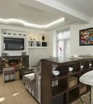 Барная стойка с полками и белыми стульями на кухне