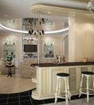 Зеркальный потолок с изящной люстрой в кухне-гостиной