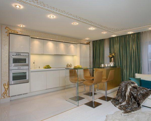 Кухня-гостиная ар-деко с узорами на потолке