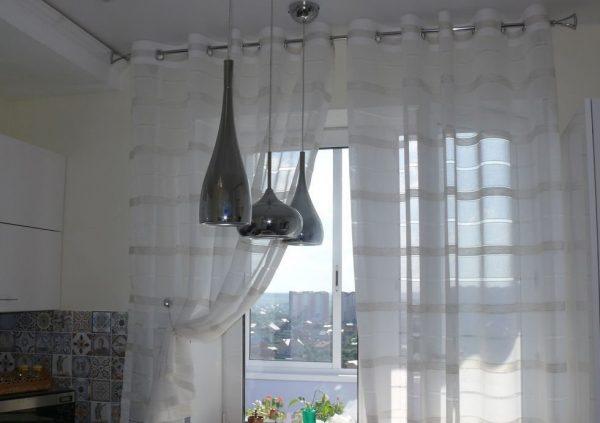 Лёгкий тюль с полосками на окне кухне