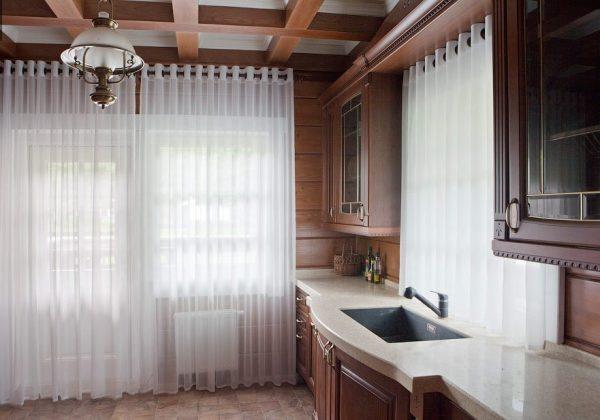 Однотонный тюль на люверсах на кухне в классическом стиле