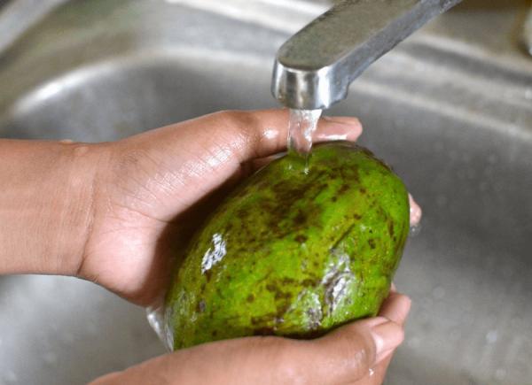Помыть авокадо
