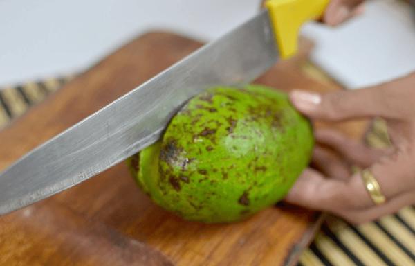 Обрезка авокадо вокруг косточки