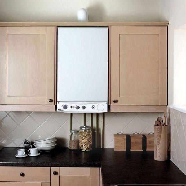 Открытые газовые трубы на кухне