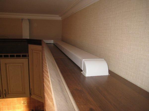 Пластиковый вентканал над шкафчиками кухне