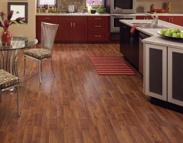 Коричневый ламинат на большой кухне с яркой мебелью