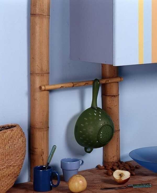 Маскировка труб рейлингами из бамбука
