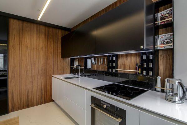 Современный кухонный фартук со встроенными полочками