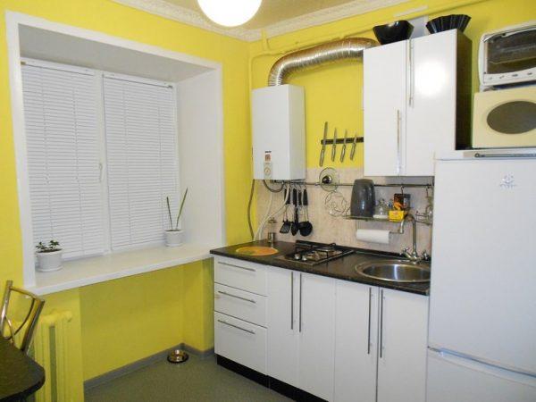 Маленькая кухня с открытой газовой колонкой