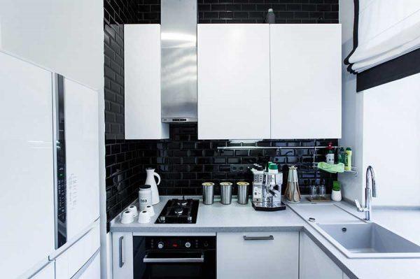 Маленькая кухня с чёрными стенами