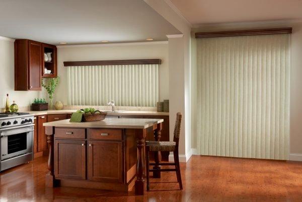 Вертикальные жалюзи в пол в интерьере кухни
