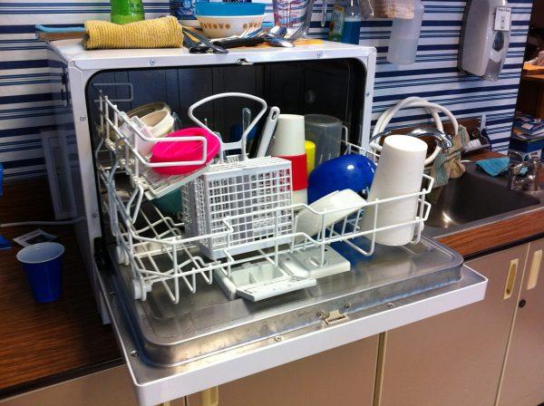 Посудомойка на столе