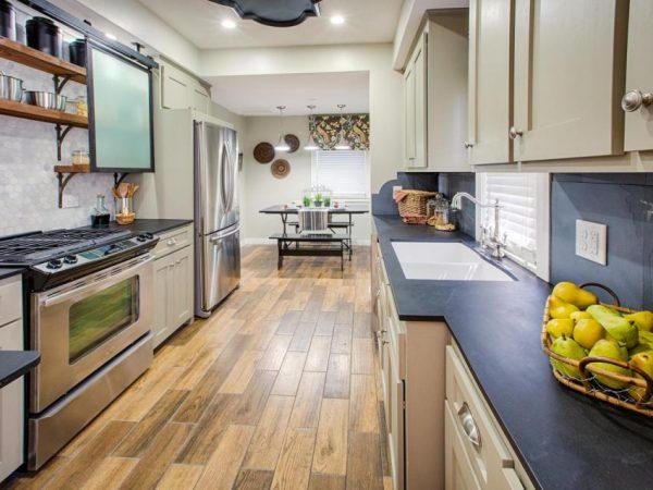 Коричневый ламинат узкой и длинной на кухне