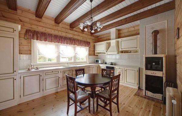 Кухня в классическом стиле в загородном доме
