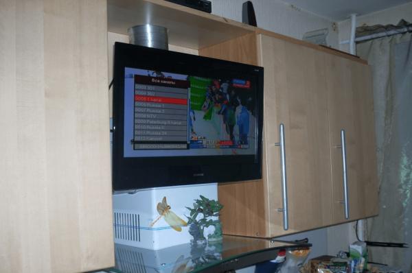 Телевизор над вытяжкой на кухне