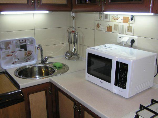 Микроволновка на маленькой кухне